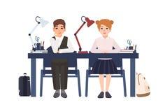 Ragazzo e ragazza di scuola primaria in uniforme che si siede allo scrittorio in aula isolata sul fondo bianco Allievi sorridenti illustrazione di stock