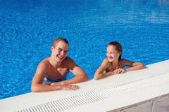 Ragazzo e ragazza divertendosi nella piscina Fotografie Stock Libere da Diritti