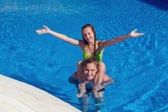 Ragazzo e ragazza divertendosi nella piscina Fotografia Stock Libera da Diritti