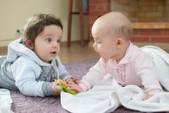 Ragazzo e ragazza infantili sul pavimento Fotografia Stock Libera da Diritti