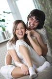 Ragazzo e ragazza piacevole con il telefono Fotografia Stock