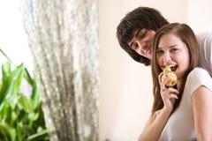 Ragazzo e ragazza piacevole con la pera Immagini Stock Libere da Diritti