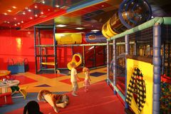 Ragazzo e ragazza in playroom Fotografia Stock