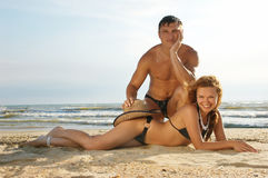 Ragazzo e ragazza posti sulla sabbia Fotografia Stock Libera da Diritti
