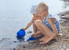 Ragazzo e ragazza sulla spiaggia fotografia stock libera da diritti