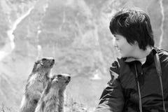 Ragazzo e scoiattoli - fiducia Fotografia Stock