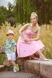 Ragazzo e suo motherposing alla moda nel parco Fotografia Stock