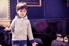 Ragazzo e un vecchio treno Immagine Stock Libera da Diritti