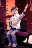 Ragazzo e un vecchio treno Immagini Stock