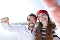 Ragazzo ed amica che prendono selfie con il telefono cellulare Immagine Stock Libera da Diritti