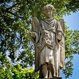 Ragazzo ed angelo sopra una tomba fotografia stock libera da diritti
