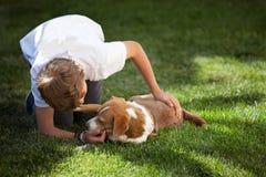 Ragazzo ed il suo cane immagine stock