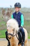 Ragazzo ed il suo cavallino di Shetland Fotografie Stock Libere da Diritti