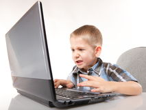 Ragazzo emozionale di aggiunta del computer con il computer portatile Immagini Stock