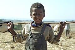 Ragazzo etiopico di Oromo del ritratto con il bastone Fotografia Stock Libera da Diritti