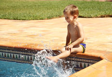 Ragazzo felice che ha divertimento alla piscina Fotografie Stock Libere da Diritti