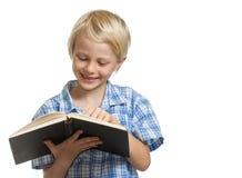 Ragazzo felice che legge un libro Fotografie Stock Libere da Diritti