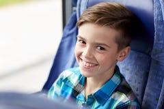Ragazzo felice che si siede in bus o treno di viaggio fotografie stock
