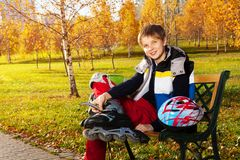 Ragazzo felice con le lame del rullo nel parco Fotografie Stock Libere da Diritti