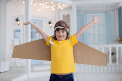 Ragazzo felice con le scatole di cartone delle ali Immagine Stock