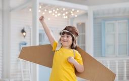 Ragazzo felice con le scatole di cartone delle ali Fotografie Stock Libere da Diritti