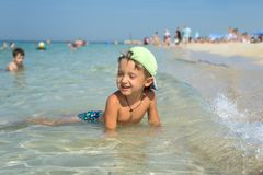Ragazzo felice del bambino che cammina la spiaggia di estate Fotografia Stock