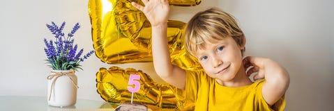 Ragazzo felice del bambino che celebra il suo compleanno e che soffia le candele sul dolce al forno casalingo, dell'interno Festa immagine stock libera da diritti