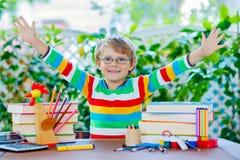 Ragazzo felice del bambino della scuola con i vetri e la roba dello studente Immagini Stock