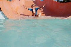 Ragazzo felice del bambino divertendosi nel parco dell'acqua Immagine Stock