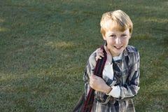 Ragazzo felice della scuola elementare con bookbag Fotografia Stock