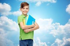 Ragazzo felice dello studente con le cartelle ed i taccuini Fotografia Stock Libera da Diritti
