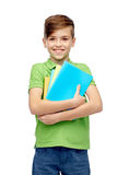 Ragazzo felice dello studente con le cartelle ed i taccuini Immagini Stock