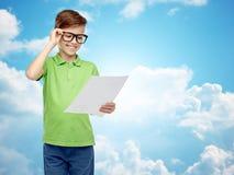 Ragazzo felice in occhiali che tengono risultato dei test della scuola Fotografia Stock Libera da Diritti