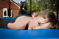 Ragazzo felice sul trampolino Fotografia Stock
