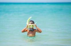 Ragazzo felice sulla spiaggia Immagini Stock