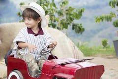 Ragazzo felice in vecchia automobile Fotografia Stock