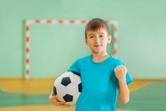 Ragazzo felice, vincitore di calcio, tenente pallone da calcio Fotografie Stock Libere da Diritti