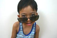Ragazzo freddo con i grandi occhiali da sole fotografia stock