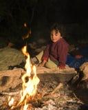 Ragazzo a fuoco di accampamento Fotografia Stock Libera da Diritti