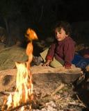 Ragazzo a fuoco di accampamento Fotografie Stock