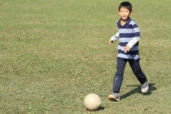 Ragazzo giapponese che gioca con il pallone da calcio Fotografie Stock Libere da Diritti