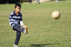 Ragazzo giapponese che gioca con il pallone da calcio Immagine Stock Libera da Diritti
