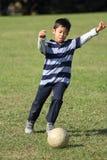Ragazzo giapponese che gioca con il pallone da calcio Immagini Stock Libere da Diritti
