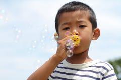Ragazzo giapponese che gioca con la bolla Fotografie Stock