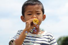Ragazzo giapponese che gioca con la bolla Immagine Stock