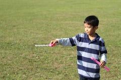 Ragazzo giapponese che gioca con la bolla Fotografia Stock