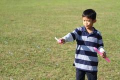 Ragazzo giapponese che gioca con la bolla Immagini Stock Libere da Diritti