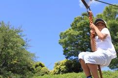 Ragazzo giapponese che gioca con la volpe di volo Immagine Stock Libera da Diritti