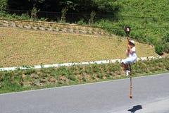 Ragazzo giapponese che gioca con la volpe di volo Immagine Stock