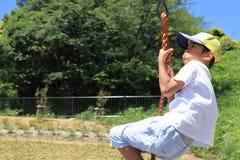 Ragazzo giapponese che gioca con la volpe di volo Fotografia Stock Libera da Diritti